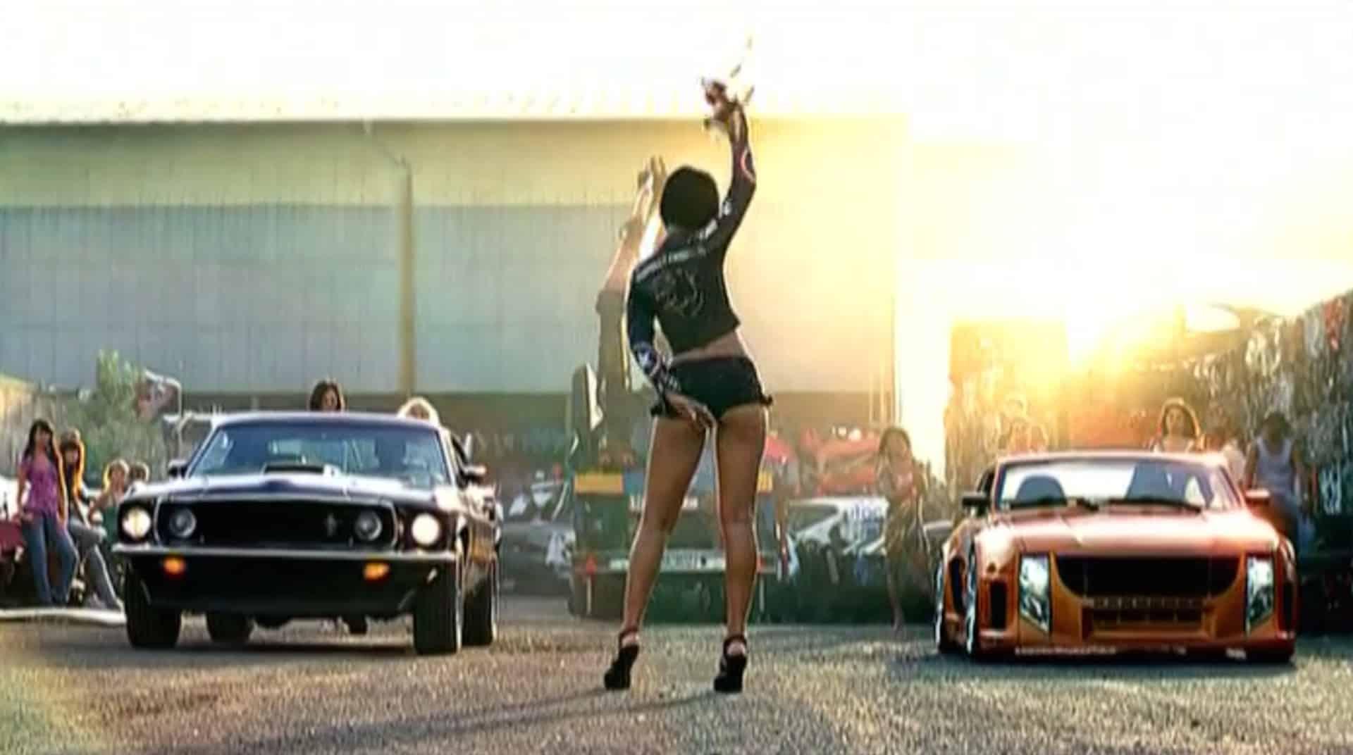 Rihanna vor zwei Autos
