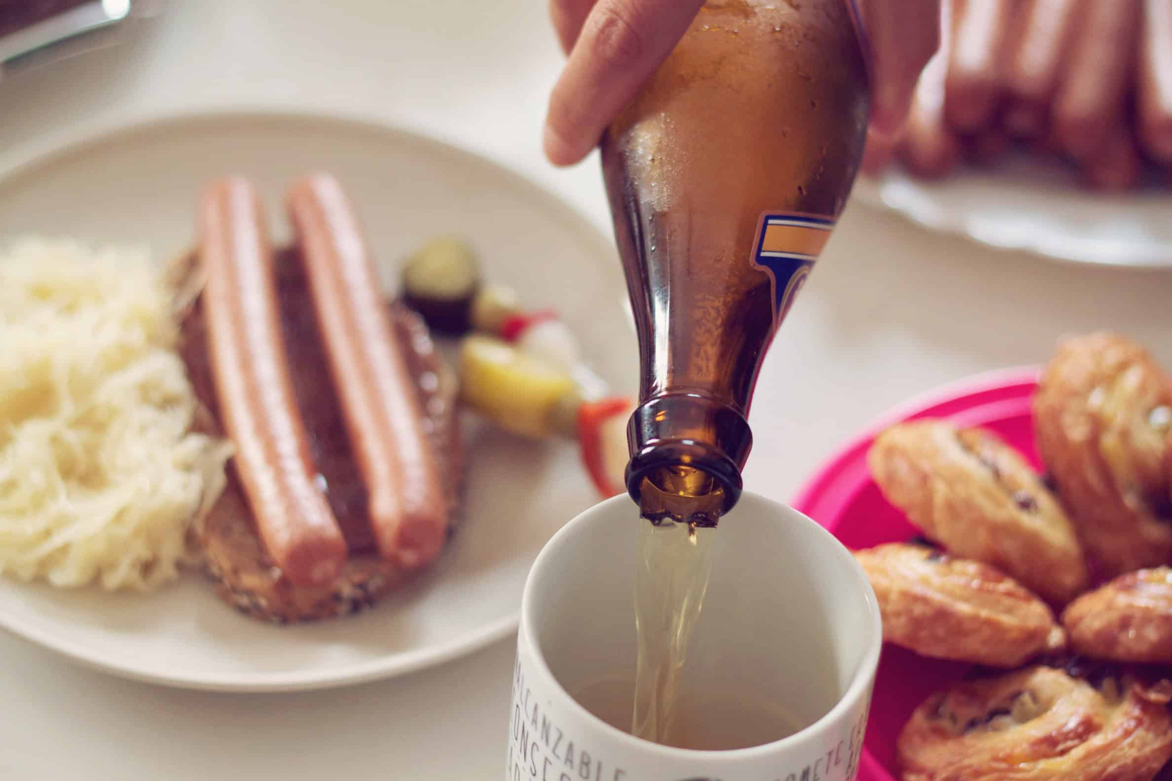 Deutsches Essen mit Wurst, Sauerkraut und Bier