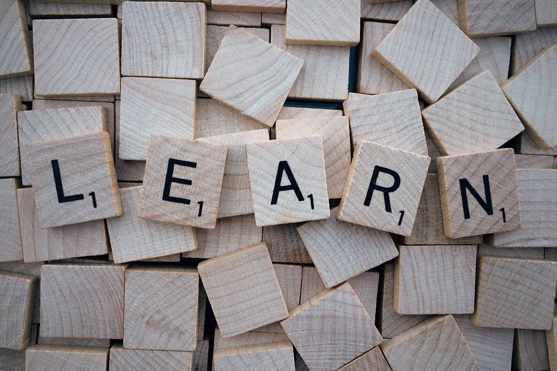"Scrabble-Steine sagen ""LEARN"""