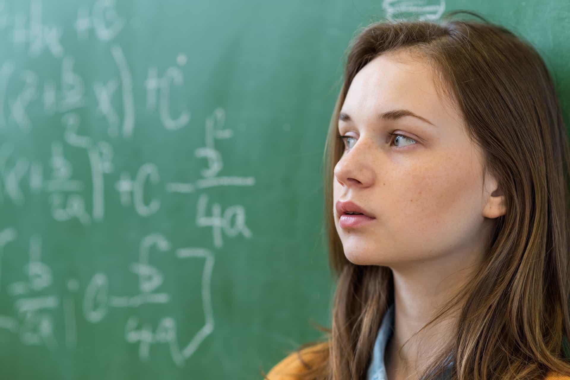 Schülerin vor Tafel
