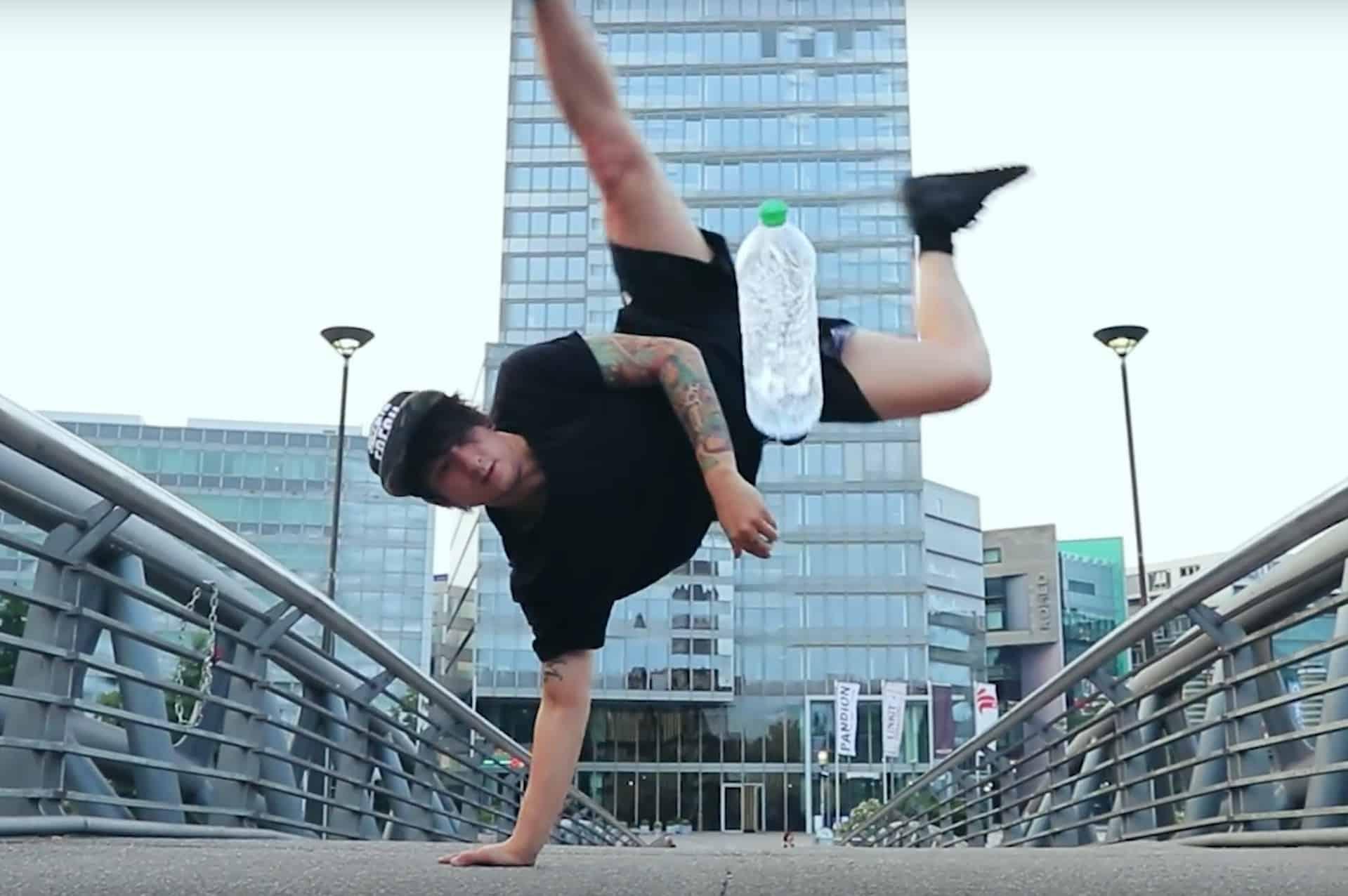 Julian Bam macht einen Bottle Flip