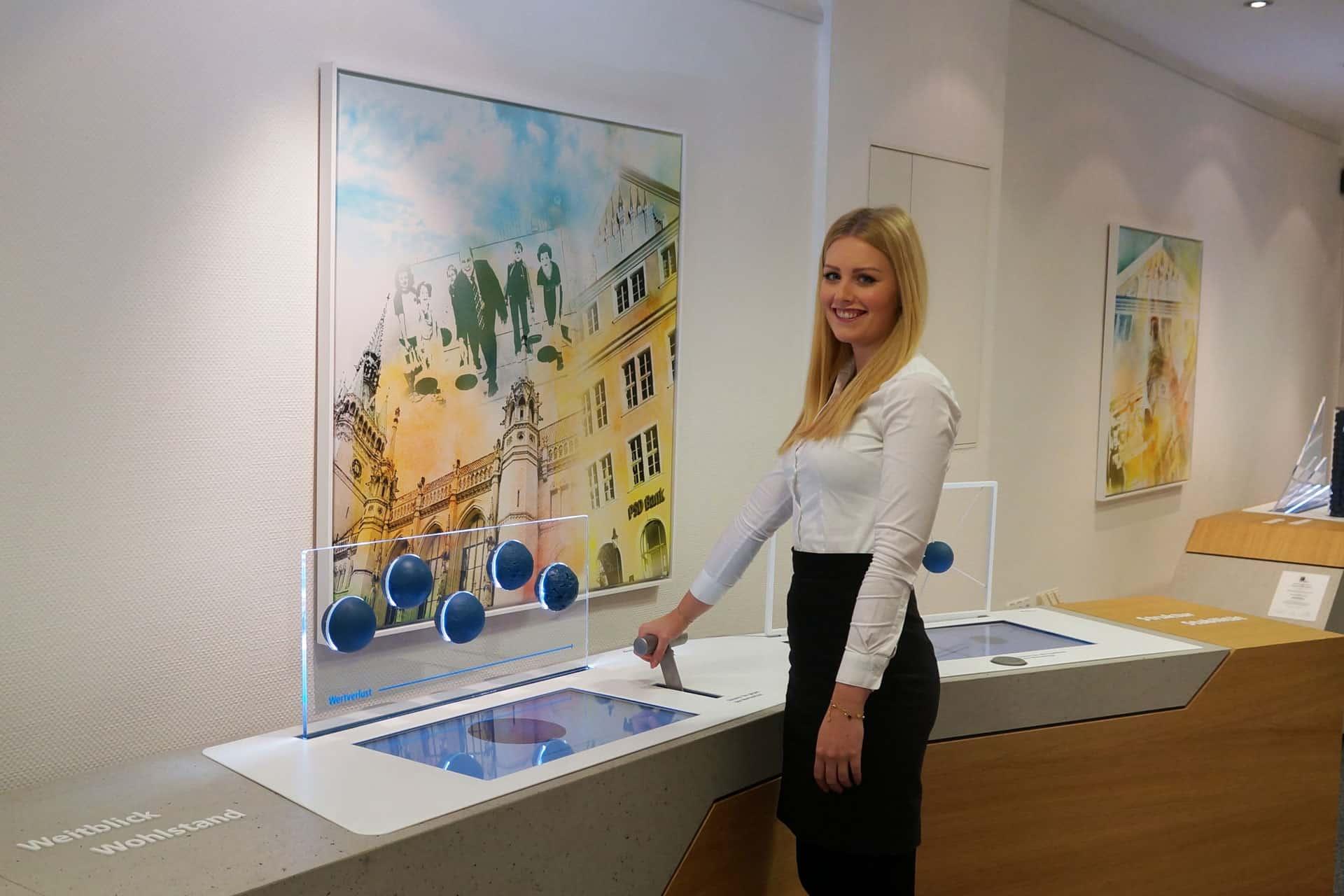 Greta Goebecke in der Erlebnisausstellung der PSD Bank
