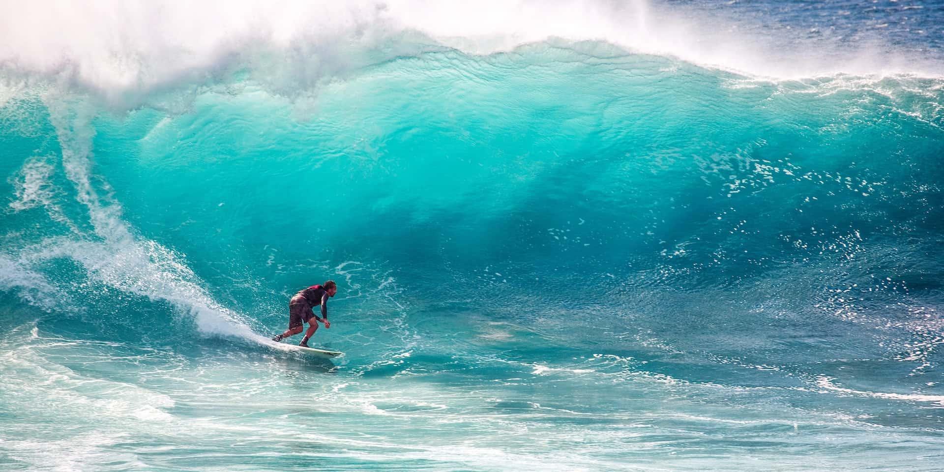 Surfer unter einer Welle