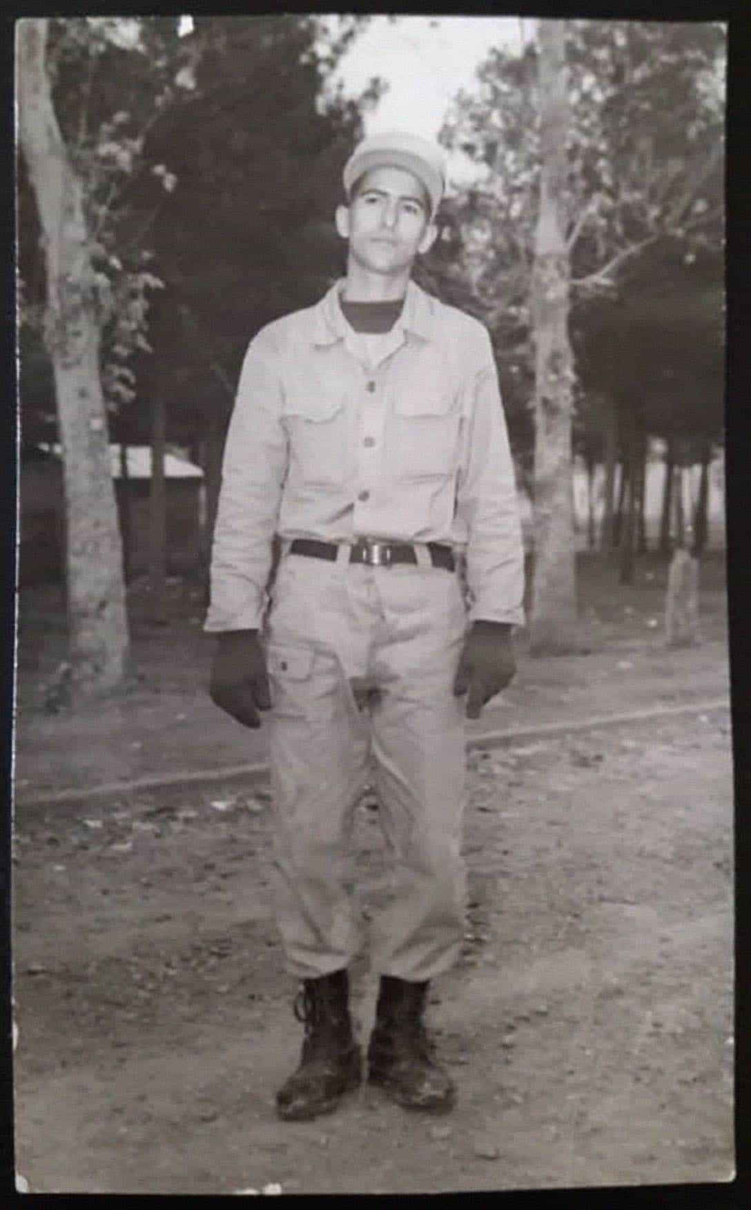 Schwarz-weiß-Bild von Soldat Mohsen in seiner Uniform