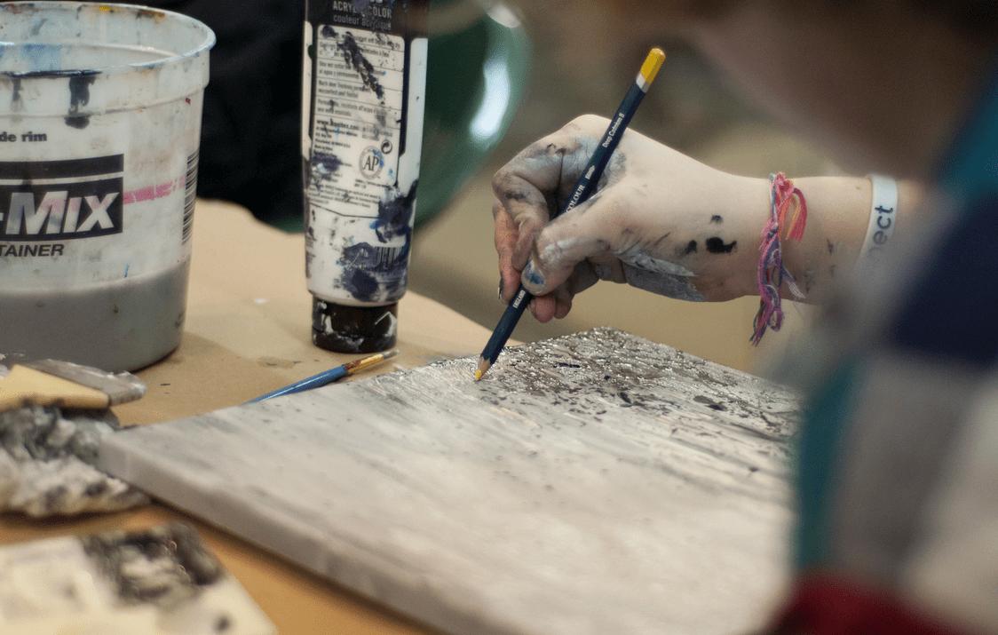Jemand arbeitet in einem Atelier