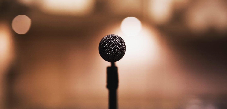 Mikrophon auf leerer Buehne