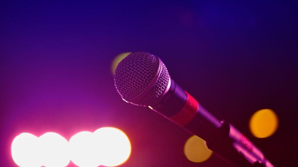 Mikrophon und bunte Lichter