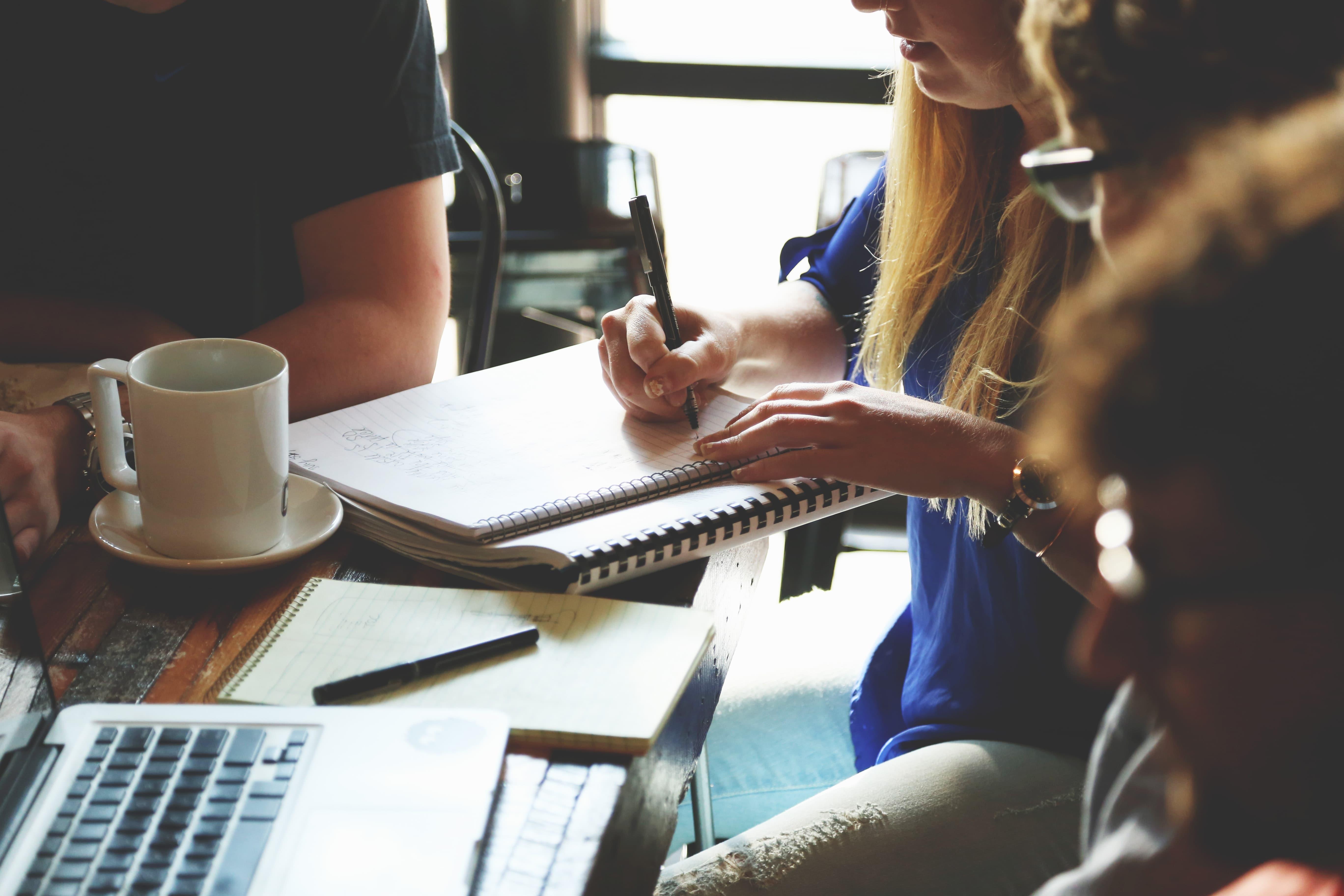junge Menschen arbeiten zusammen am Tisch