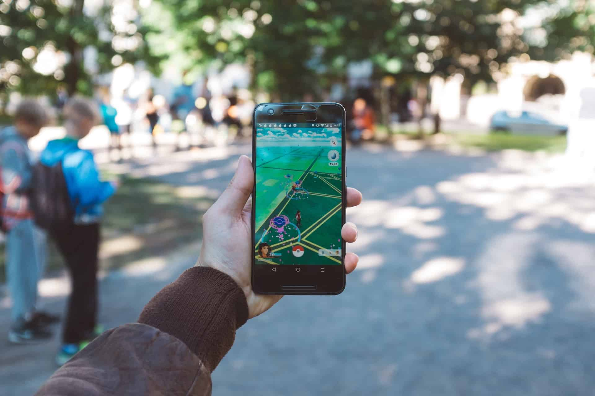 Jemand spielt auf seinem Smartphone Pokémon Go
