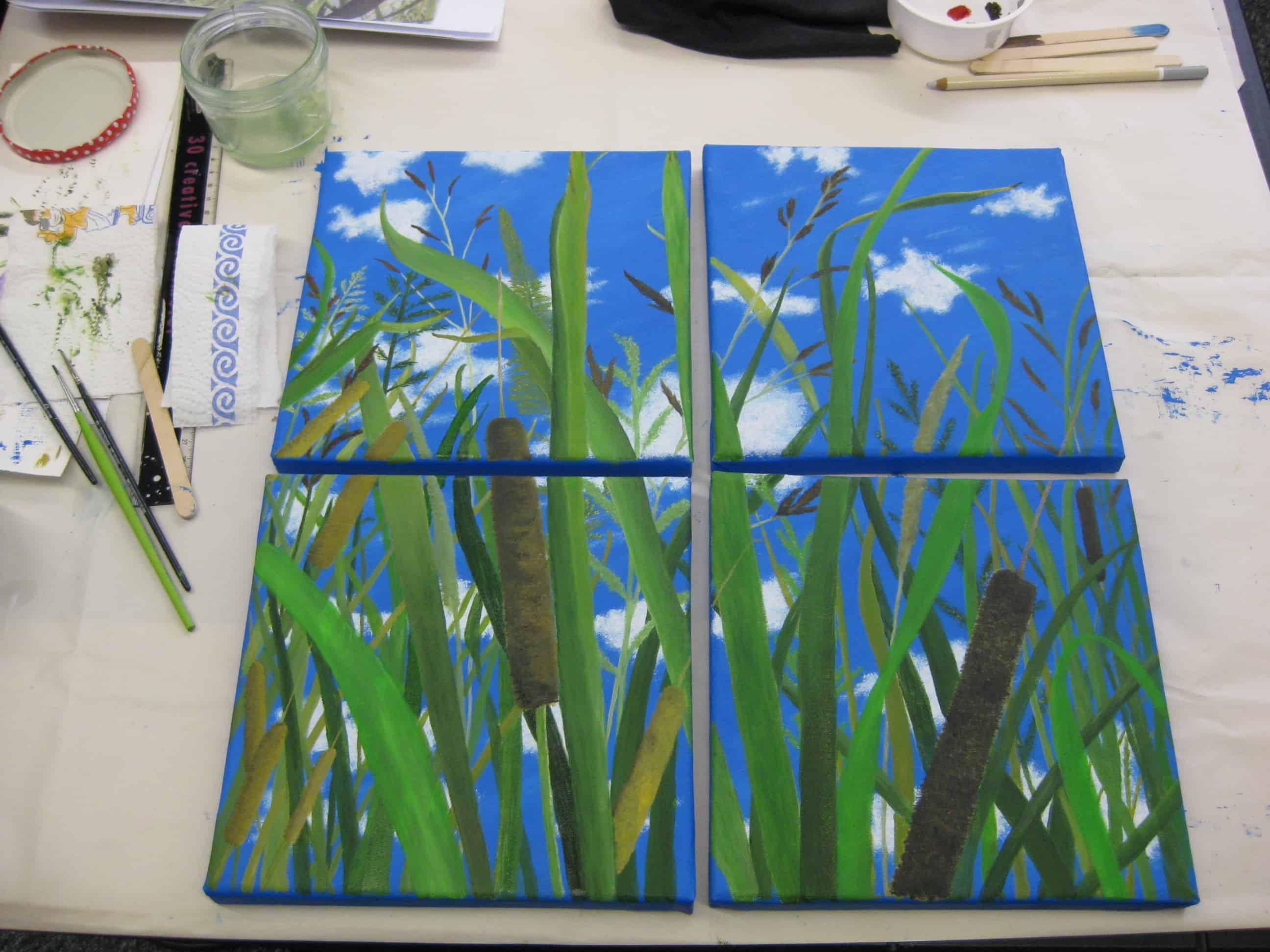 Ein Leinwand-Gemaelde von Elisabeth Hoffmann auf ihrem Tisch im Atelier