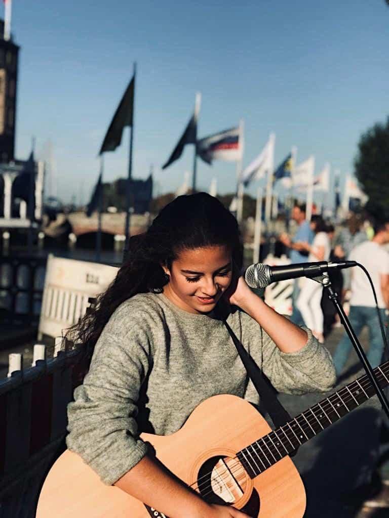Kein Grund zur Verlegenheit. Hanna ist Straßenmusikerin (c) Privat