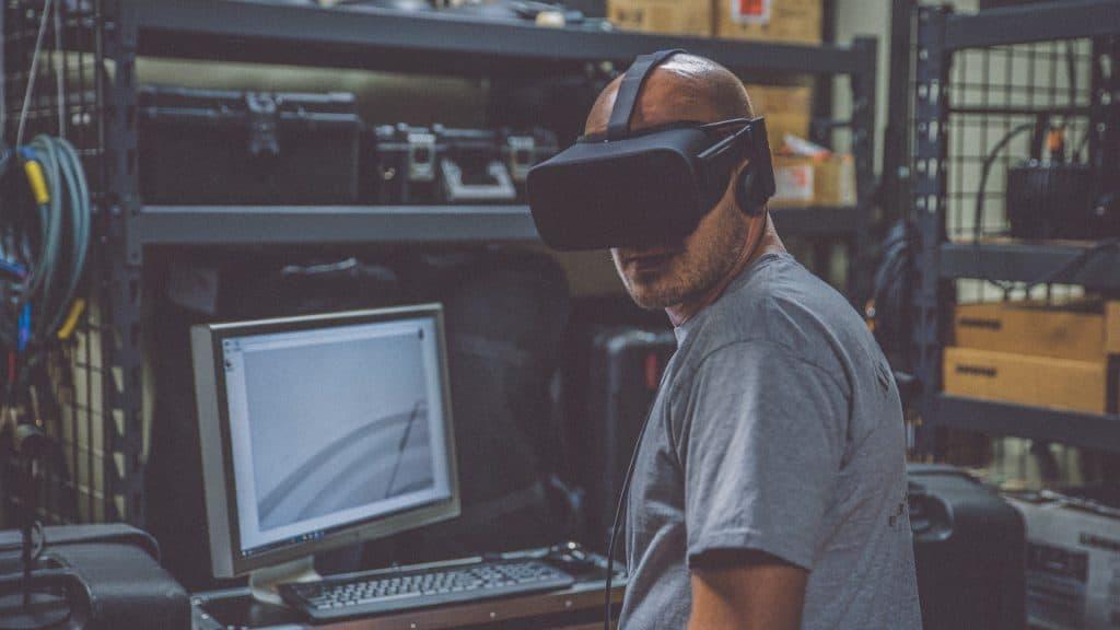 Arbeiter mit VR-Brille (c) Unsplash