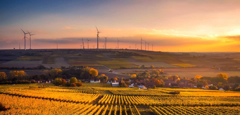 Landschaft mit Feldern und Windkraft