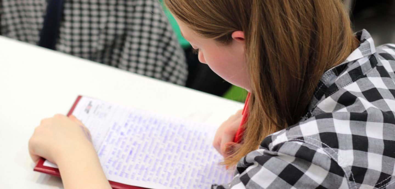 Maedchen schreibt Klausur