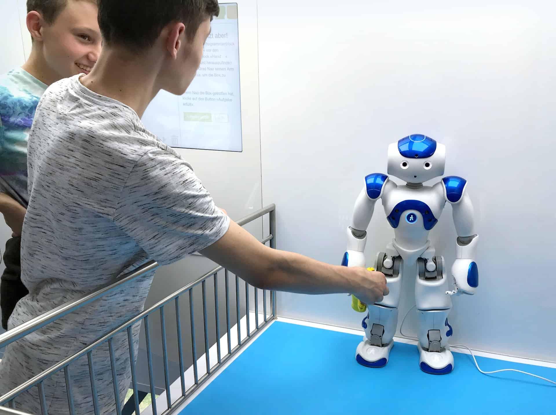 Schüler mit Roboter