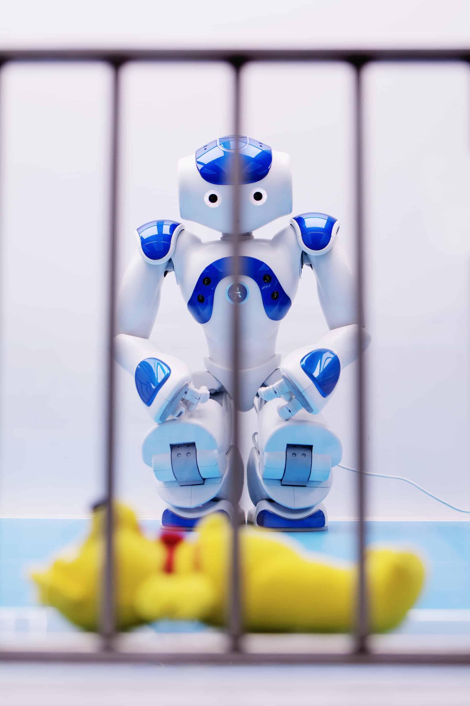 Ein Roboter hinter Gittern.