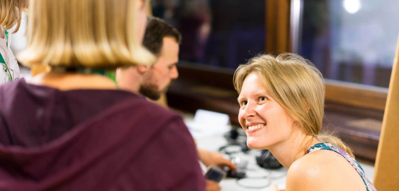 Julia führt Interviews mit Schülerredakteuren