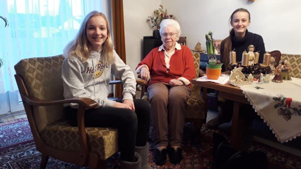 Die beiden Schülerreporterinnen und Elisabeth Durka in ihrem Wohnzimmer