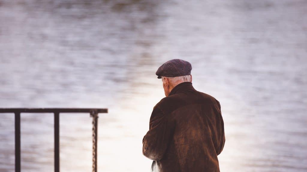 alter Mann mit dem Ruecken zur Kamera