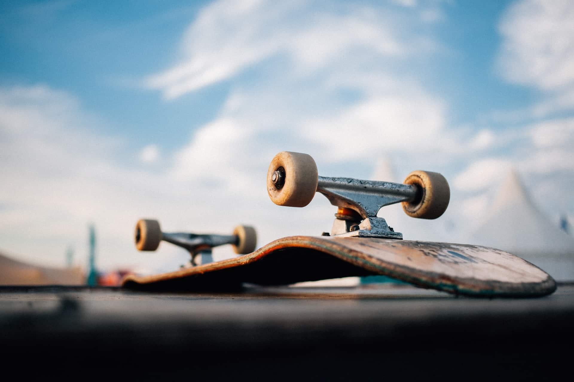 Skateboard liegt auf dem Brett mit den Rollen anch oben