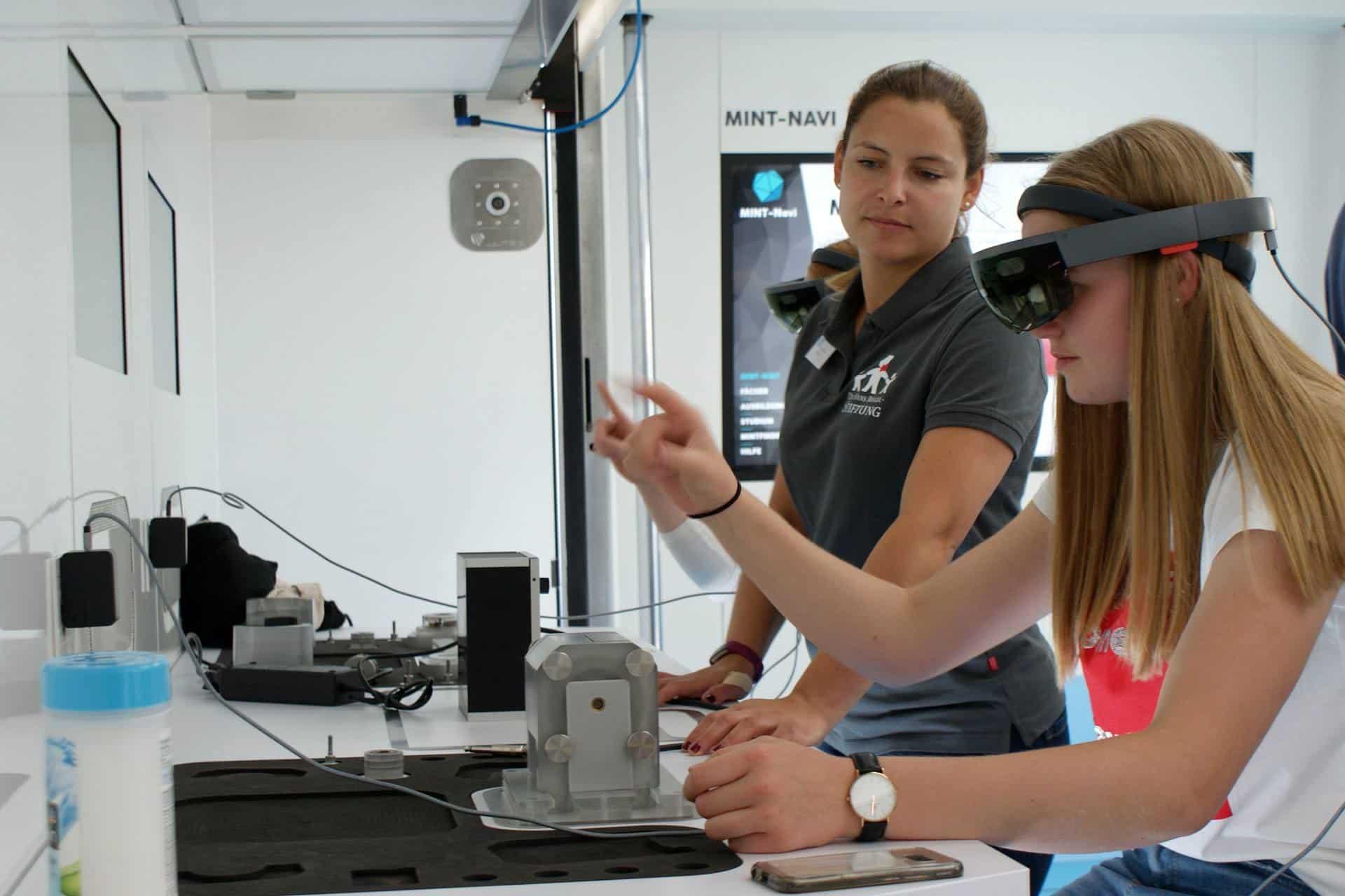 Leonie Fritsch erklärt im TouchTomorrow-Truck einer Schülerin MINT