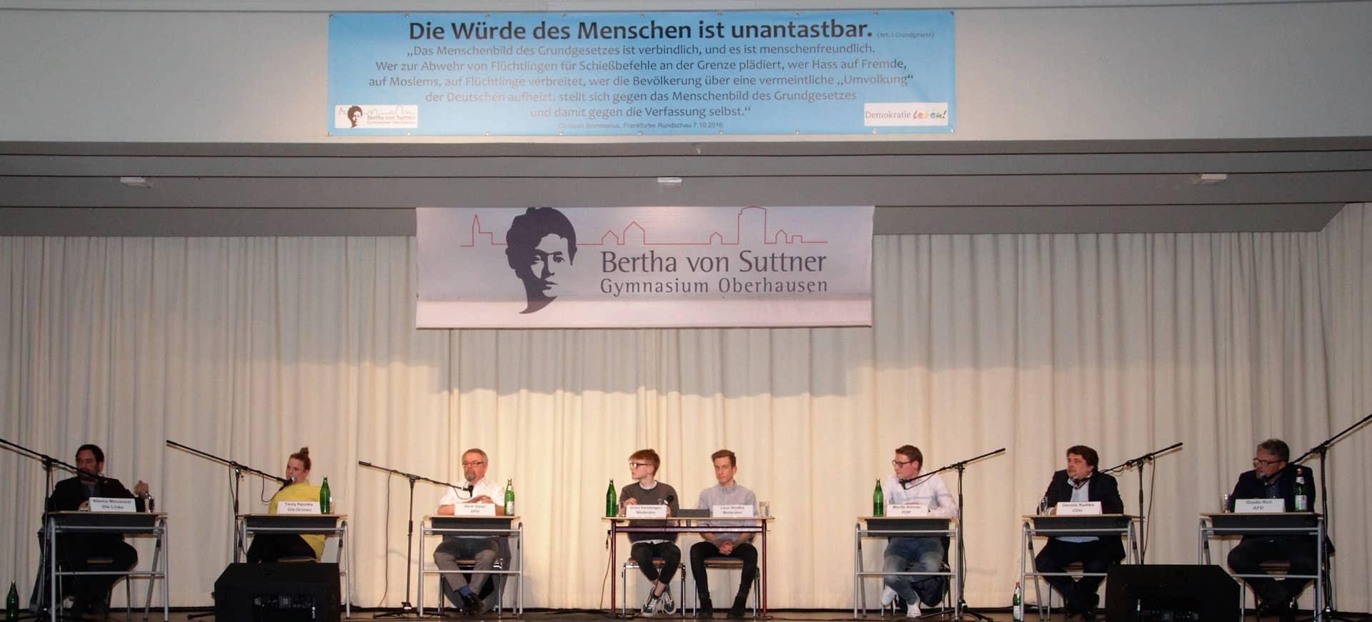 Auf einer Bühne sitzen 8 Leute (c) Conrad Bornemann