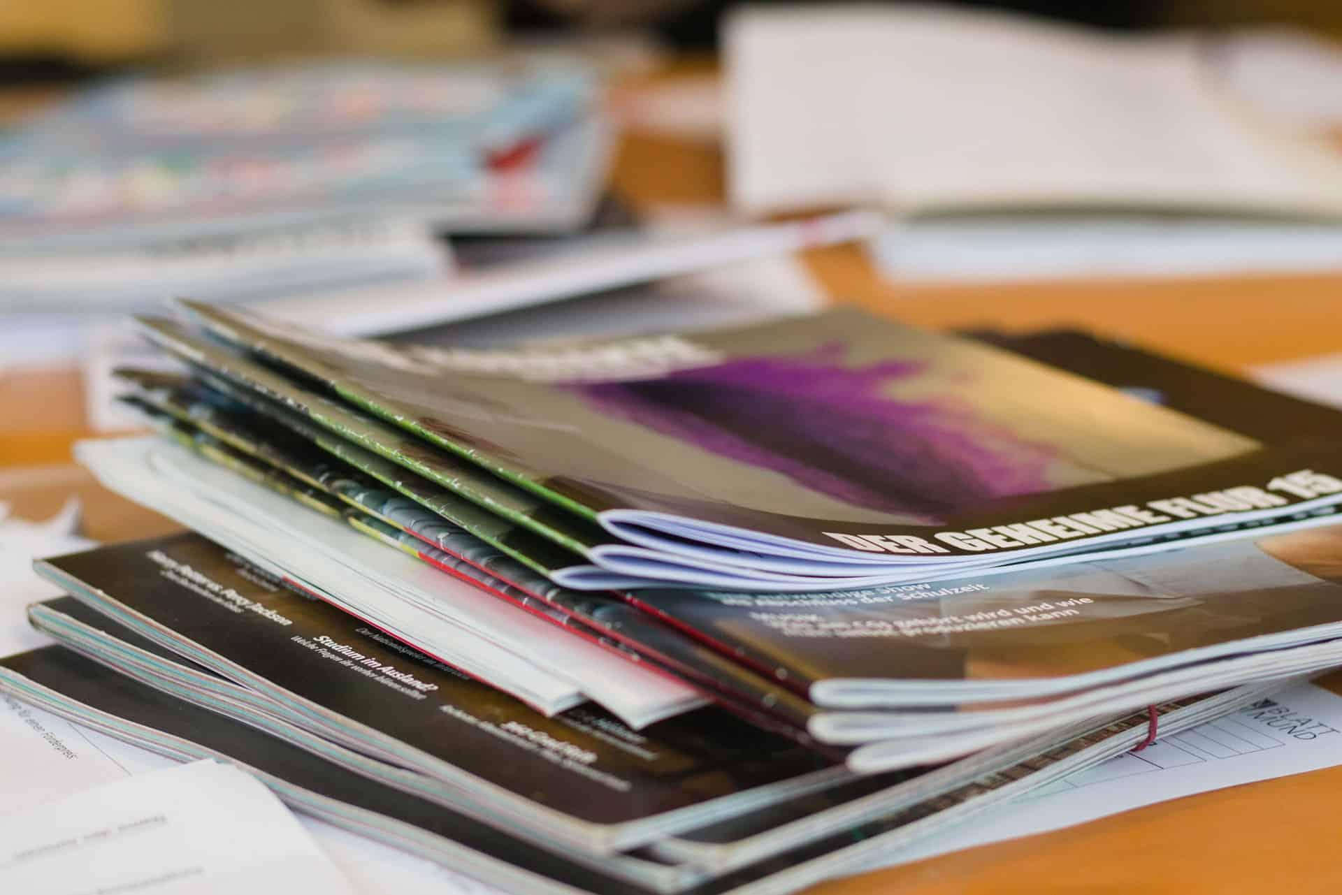 viele gedruckte Schülerzeitungen auf einem Tisch