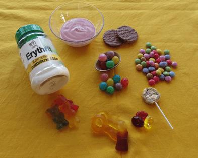 Gesüßte Produkte und eine Packung Erythrit