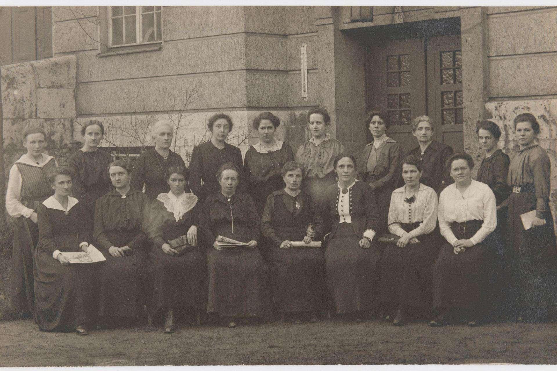 18 der 37 ersten Parlamentarierinnen vor dem Weimarer Parlament. Foto: Horst Ziegenfusz/ Historisches Museum Frankfurt