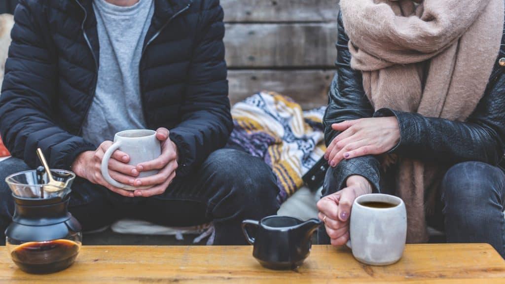 Ein Paar redet bei einer Tasse Kaffee