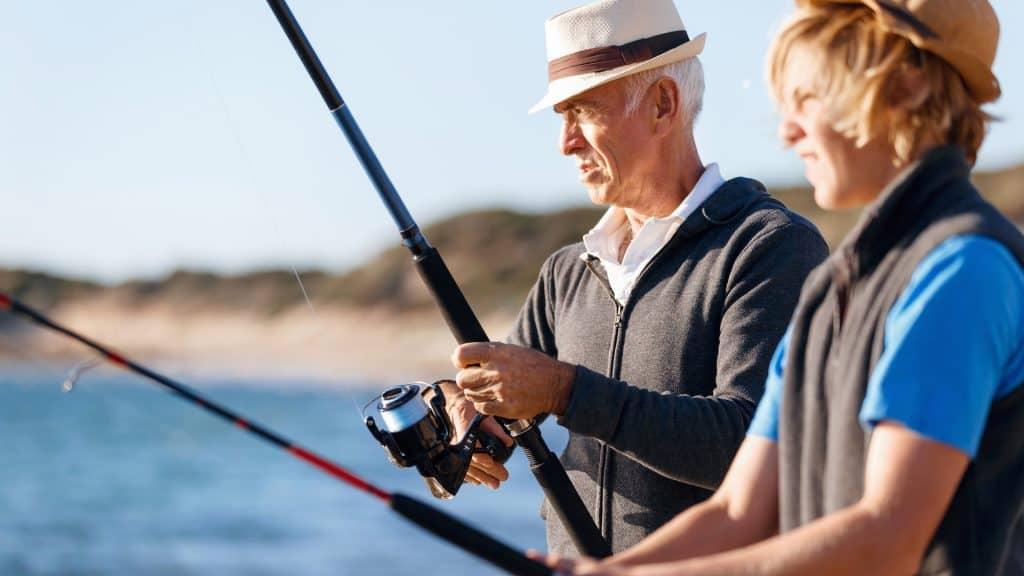 Opa fischt mit Enkel