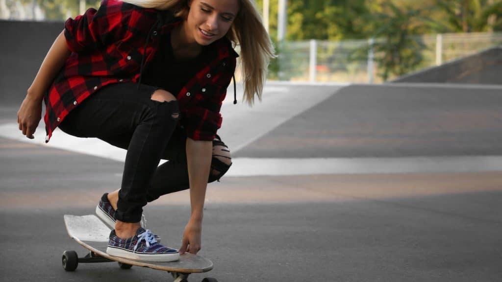 Mädchen auf Skateboard