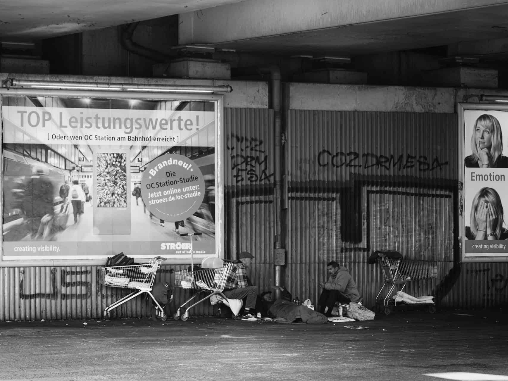 Drei Obdachlose unter einer Brücke