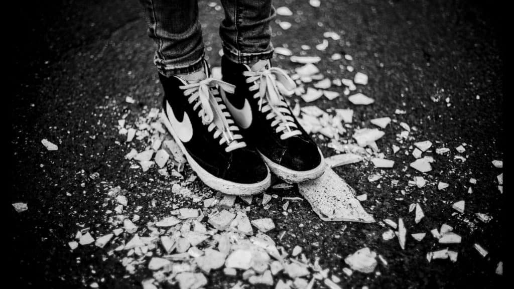 Füße auf Scherben