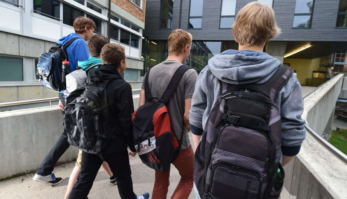 Schüler gehen zur Schule