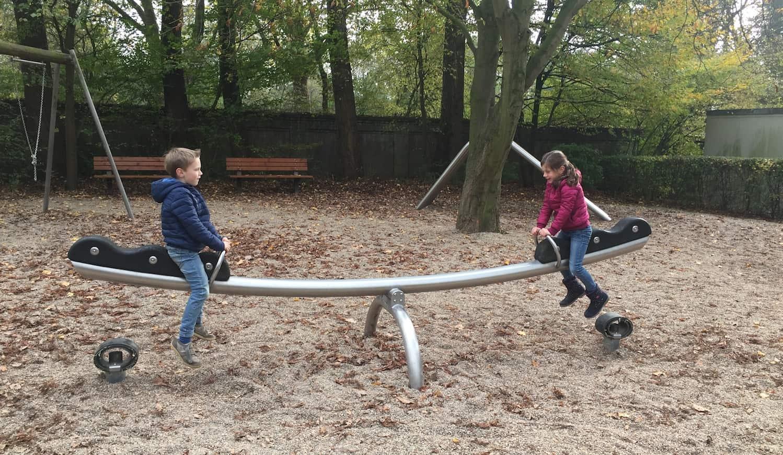 Zwei Kinder beim Spielen auf einer Wippe