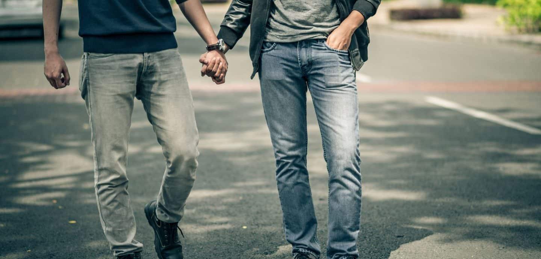 zwei junge Männer, die Händchen halten