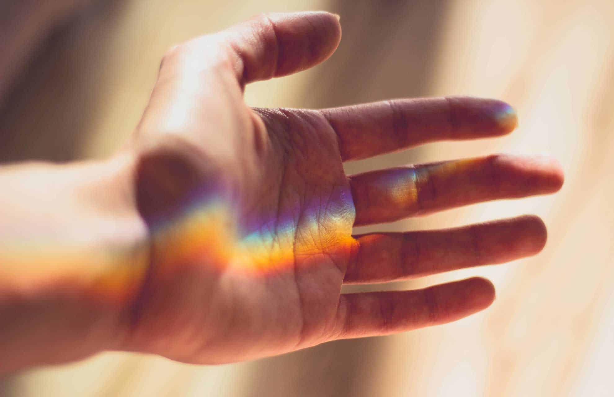 Hand mit Regenbogen