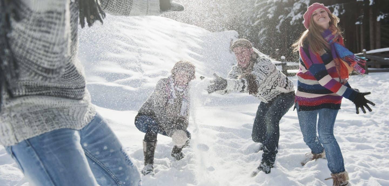 Eine Schneeballschlacht unter Freunden