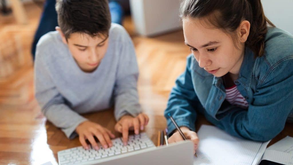 Zwei Schüler lernen zu Hause