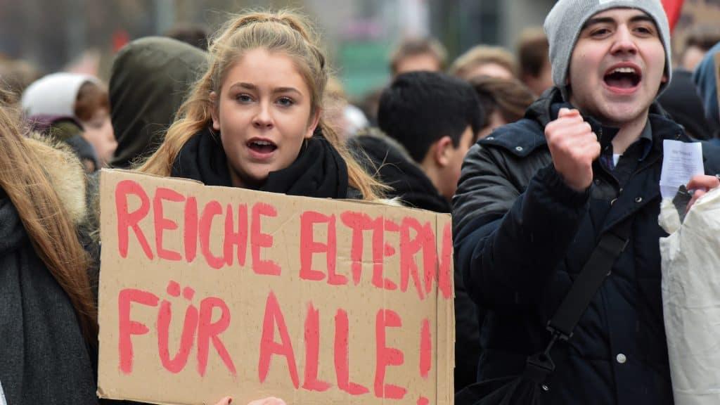 Junge Menschen protestieren