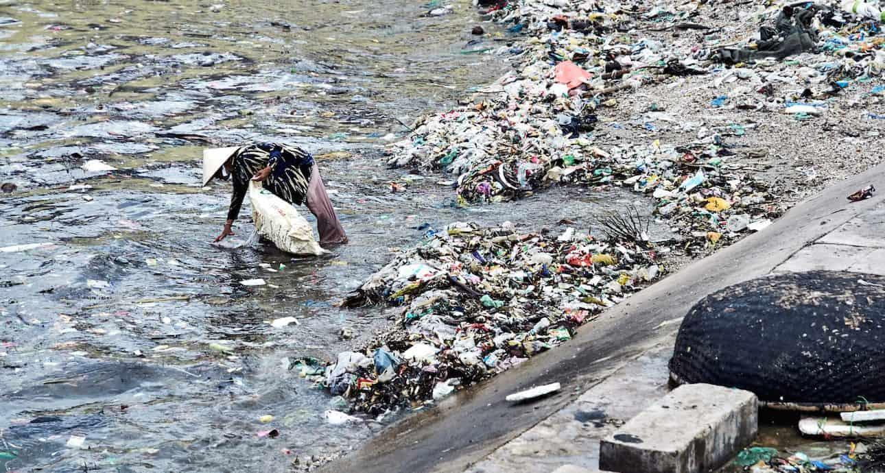 Müllsammlerin in Vietnam