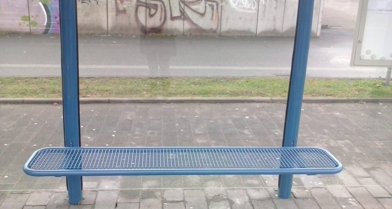 Bank an Bushaltestelle