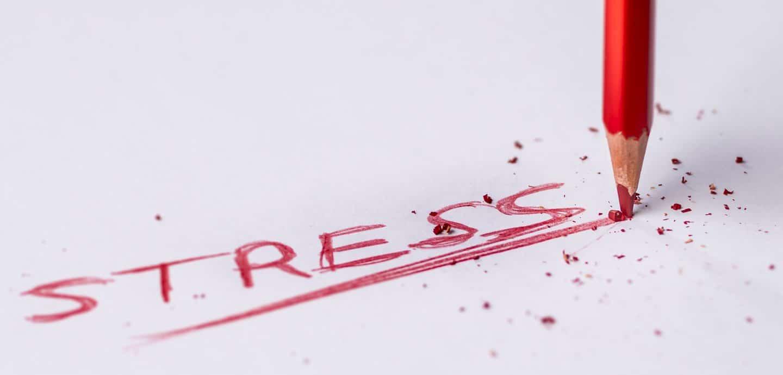 Roter Buntstift schreibt 'Stress'