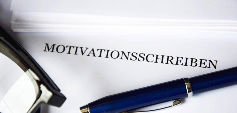 Brille und Kuli auf dem Deckblatt eines Motivationsschreibens