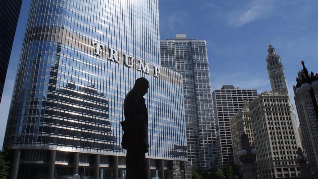 Umriss eines Mannes vor dem Trump Tower