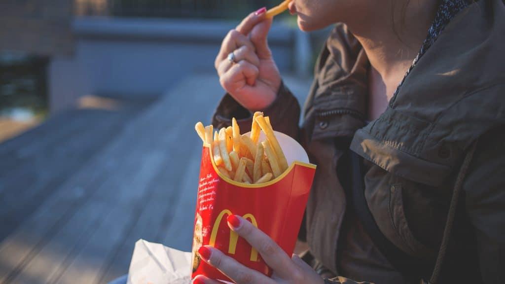 Frau ist Pommes von McDonalds