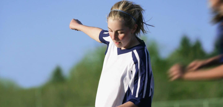 Mädchen spielt Fußball