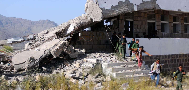 Schüler im Jemen an einer zerstörten Schule