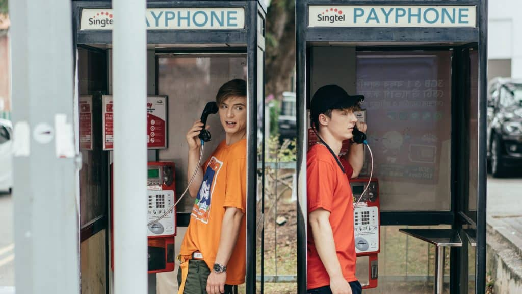 Die Lochis in einer Telefonzelle